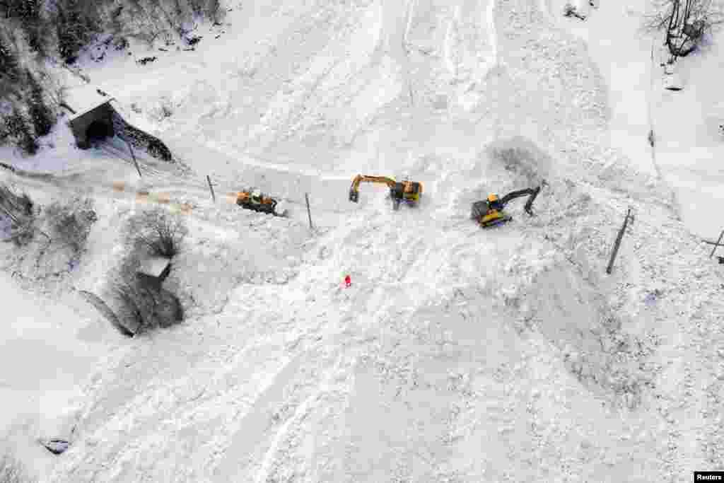 İsveç - Alp dağlarında qar basmış dəmir yolu təmizlənir