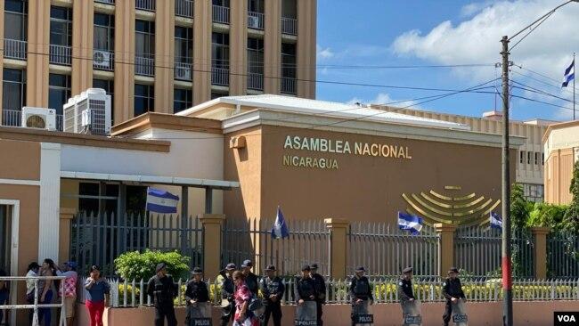 Agentes del orden custodian la Asamblea Nacional en Nicaragua el martes 29 de octubre. Daliana Ocaña/VOA.