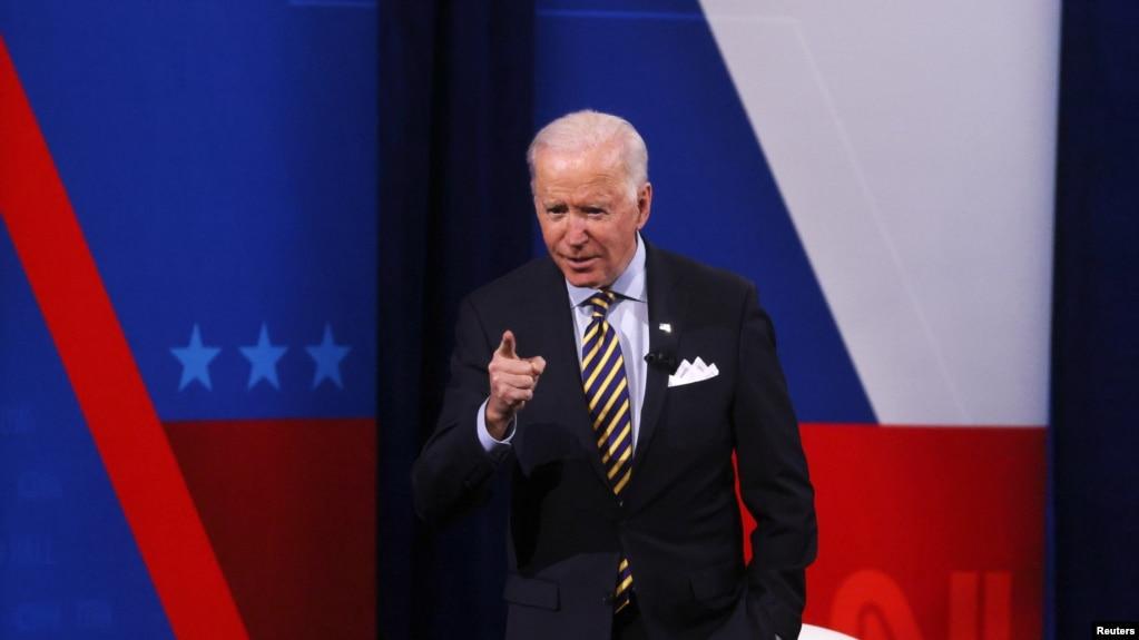 美国总统拜登2021年2月16日在访问威斯康星州密尔沃基市期间出席CNN主办的一个市民大会电视节目(路透社)