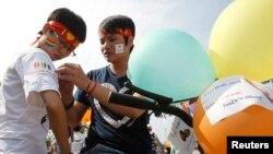 8月5日﹐兩名越南同性戀人士參加在河內首次舉行的同性戀大遊行﹐希望吸引各界關注。
