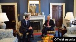 Srpski premijer Aleksandar Vučić u razgovoru sa potpredsednikom SAD Džozefom Bajdenom u Beloj kući, 15. septembra 2015. (foto: Vlada Srbije)