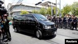 Sebuah mobil yang diyakini berisi mantan Perdana Menteri Thailand Yingluck Shinawatra tiba di sebuah sarana militer di Bangkok (23/5).