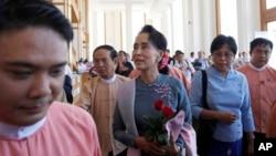Liderka opozicije u Mjanmaru i dobitnica Nobelove nagrade za mir, Aung San Su Ći dolazi na sednicu parlamenta, 16. novembar 2015.