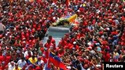 تابوت هوگو چاوز در کاراکاس، چهارشنبه ۶ مارس ۲۰۱۳