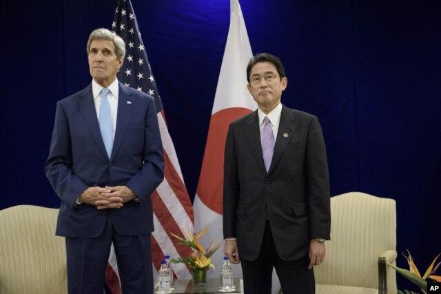 Ngoại trưởng Mỹ John Kerry họp với Ngoại trưởng Nhật Bản Fumio Kishida bên lề hội nghị ASEAN tại Kuala Lumpur.