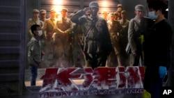 """北京一家电影院张贴的""""长津湖""""电影海报。(2021年10月1日)"""