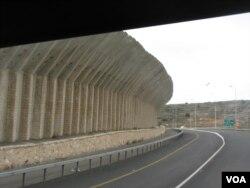 耶路撒冷至伯利恒一带的隔离墙(美国之音申华拍摄 )