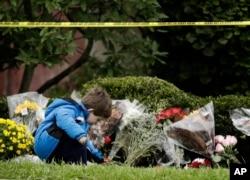 """Dečak Gideon Marfi polaže cveće ispred sinagoge """"Drvo života"""""""
