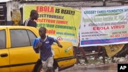 2014年8月17日人们经过市利比里亚蒙罗维亚埃博拉病毒警告布告