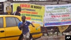 Pamflet peringatan wabah Ebola di kota Monrovia, Liberia (17/8).