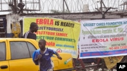 17일 라이베리아 수도 몬로비아시에서 에볼라 균을 경고하는 현수막