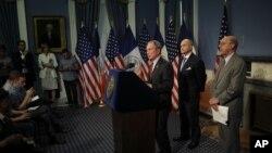 Gradonačelnik Njujorka Majkl Blumberg za šefom policije Rejem Kelijem i advokatom Majklom Kardozom.