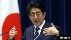 29일 일본의 올해 회계연도 예산이 국회를 통과한 뒤 아베 신조 일본 총리가 관저에서 기자회견을 하고 있다.