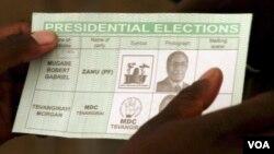 Amaballot papers angomnyaka ka2013 ayenjengaleli. Okwamanje umuyi uMorgan Tsvangirai loMnu. Robert Mugabe bazabe bengekho emaphepheni okuvota.