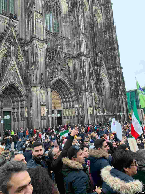 یکی از بزرگترین تجمعهای حمایت از اعتراضات مردم ایران علیه جمهوری اسلامی در شهر کلن آلمان مقابل کلیسای جامع این شهر روز چهارشنبه ۲۰ نوامبر / ۲۹ آبان برگزار شد.