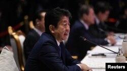 아베 신조 일본 총리가 4일 태국 방콕에서 열린 아세안+3 정상회의에서 발언하고 있다.