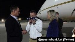 ABD'nin Almanya Büyükelçisi Richard Grenell tarafından Ramstein Hava Üssü'nde karşılanan rahip Andrew Brunson