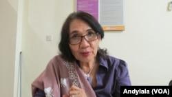 Anggota Komisi Nasional Perempuan Magdalena Sitorus di kantor Komnas Perempuan Jakarta, Kamis 16 September 2016. (Foto: VOA/Andylala)