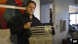 Las prendas, cuyo valor oscila entre los $65 y $95 dólares, no se venden en Colombia por respeto a las víctimas de Escobar.