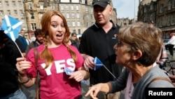 Warga Edinburgh, Skotlandia, berargumen mengenai referendum pemisahan diri dari Inggris (8/9). (Reuters/Russell Cheyne)