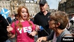 8일 스코틀랜드 에딘버그에서 독립을 지지하는 주민(왼쪽)과 반대 주민이 논쟁을 벌이고 있다.