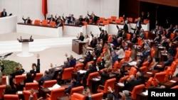 Anggota parlemen Turki memberikan suaranya (3/10) dalam debat perpanjangan pengiriman tentara ke Suriah menimbang kemungkinan penggunaan senjata kimia di Suriah bisa mengancam Turki.