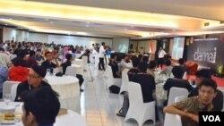 "Suasana workshop ""Damai di Dunia Maya"" yang berlangsung di Yogyakarta baru-baru ini, diikuti komunitas blogger, pengguna media sosial dan penggiat dunia maya dari 27 propinsi (VOA/Munarsih)."
