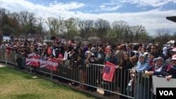 جمعی از ترک های ساکن در امریکا به استقبال اردغان در محفل افتتاح مسجد جمع شده بود