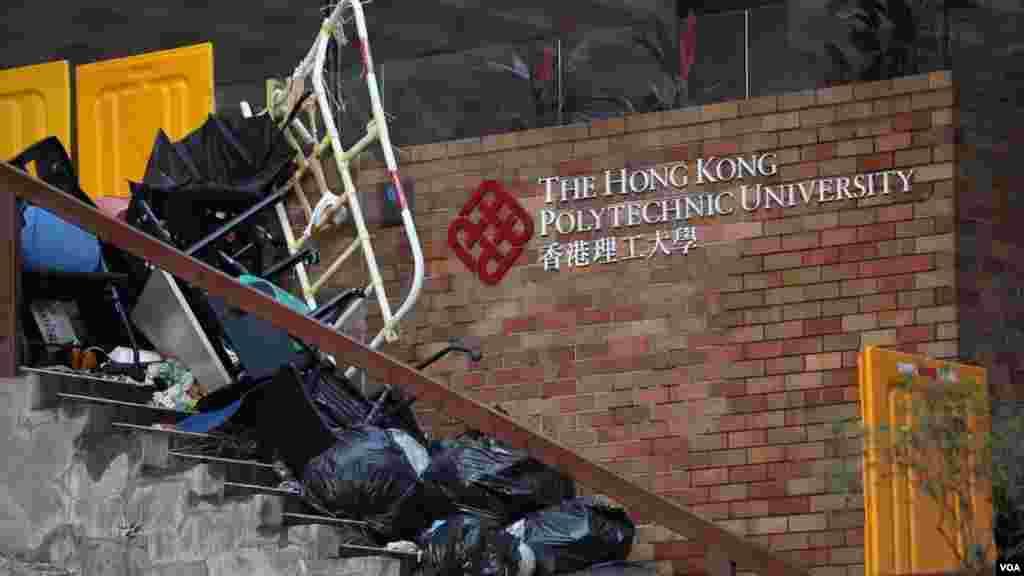 بقایای درگیری دانشجویان با پلیس، بازگشایی دانشگاه پلی تکنیک هنگ کنگ را به تعویق انداخت.