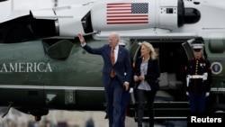 拜登总统和夫人吉尔·拜登从德拉瓦返回华盛顿途中走下海军陆战队一号直升机(路透社2021年6月4日)