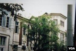 远藤向记者展示她1987年回到天津,探访那栋曾是冯国璋故居的她幼年期度过的宅邸(美国之音歌篮拍摄)