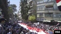 Demonstran anti-pemerintah terus melakukan protes meskipun pasukan Suriah melakukan penindakan keras untuk meredam aksi demonstrasi.
