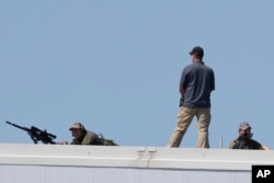Çatılarda bekleyen Fransız güvenlik güçleri
