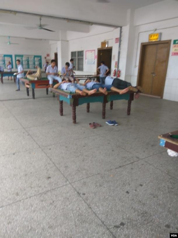 午休时工人们在台球桌上小憩