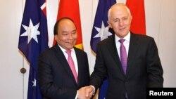 លោកនាយករដ្ឋមន្ត្រីវៀតណាម Nguyen Xuan Phuc ចាប់ដៃជាមួយនឹងលោកនាយករដ្ឋមន្ត្រីអូស្ត្រាលី Malcolm Turnbull នៅវិមានសភារបស់ប្រទេសអូស្ត្រាលី ក្នុងក្រុង Canberra ប្រទេសអូស្ត្រាលី កាលពីថ្ងៃទី១៥ ខែមីនា ឆ្នាំ២០១៨។
