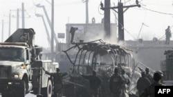 Xác chiếc xe buýt sau vụ tấn công của phe Taliban, ngày 19/12/2010
