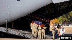 Toàn quyền Australia Peter Cosgrove đã cùng các cựu chiến binh từng tham chiến tại Việt Nam và các thành viên trong gia đình, có mặt khi hai máy bay vận tải quân sự chở quan tài của các binh sĩ đã hy sinh đáp xuống căn cứ không quân gần Sydney, ngày 2/6/2016.