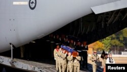 Pasukan Pertahanan Australia mengangkat peti jenazah salah seorang dari 33 tentara Australia yang augur dalam perang Vietnam, dalam upacara repatriasi di pangkalan Angkatan Udara Australia (AAF) di Richmond, Sydney, Australia (2/6).