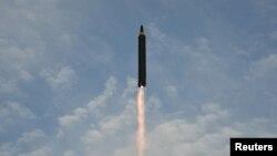 Uji coba misil Korea Utara, Hwasong-12 (foto: ilustrasi). Kebanyakan warga AS menganggap Korea Utara sebagai ancaman paling langsung bagi Amerika.