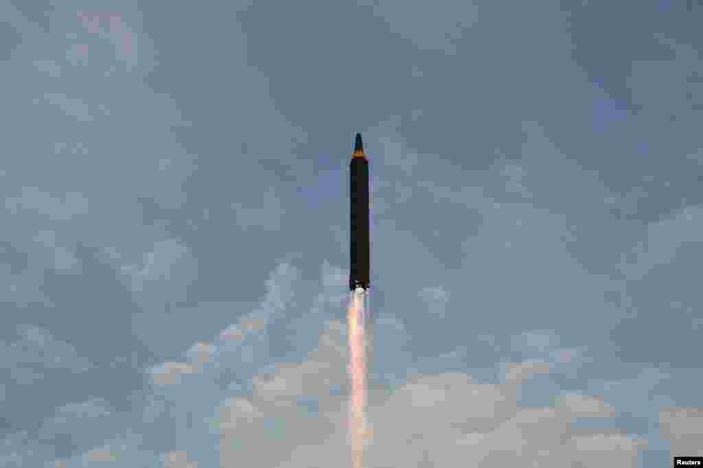 북한이 발사한 화성-12 중장거리탄도미사일이 하늘로 솟아오르고 있다.
