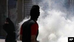 2013年2月14日巴林反政府抗议群众躲避防暴警察投掷的催泪瓦斯弹