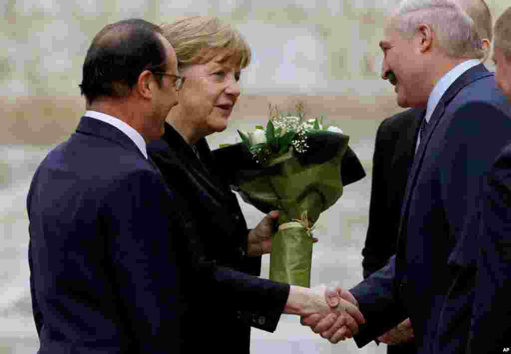 Tổng thống Belarus Alexander Lukashenko chào đón Thủ tướng Đức Angela Merkel và Tổng thống Pháp Francois Hollande tại Minsk, ngày 11/2/2015.