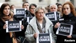 """Waombolezaji wakishikilia kadi za """"I am Charlie"""" katika dakika za kukaa kimya kuwakumbuka waathirika wa jarida la Charlie Hebdo, Jan. 8, 2015."""