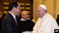 Chủ tịch nước Việt Nam Trần Đại Quang (trái) gặp Đức Giáo hoàng Francis tại Vatican ngày 23/11/2016.