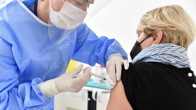 Një punonjës shëndetësor jep vaksinën ruse Sputnik-V në Republikën e San Marinos, më 29 mars 2021.
