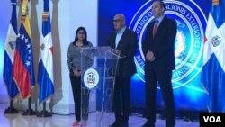 Jorge Rodríguez (centro), ministro de Información de Venezuela, informa en República Dominicana sobre la ausencia de la oposición de su país a la quinta reunión de diálogo para la paz. Foto: Gesell Tobías.