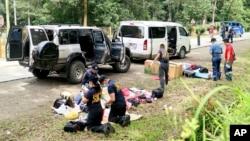 Polisi memeriksa isi kendaraan menyusul sebuah operasi di kota Makilala, provinsi North Cotabato, Filipina bagian selatan (28/10).