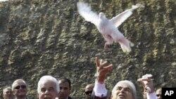 Ο Πρόεδρος της Κυπριακής Δημοκρατίας, Δημήτρης Χριστόφιας και ο Τουρκοκύπριος ηγέτης, Ντερβίς Έρογλου, αφήνουν ελεύθερα δύο περιστέρια στην τελετή εγκαινίων του σημείου διέλευσης Λιμνίτη
