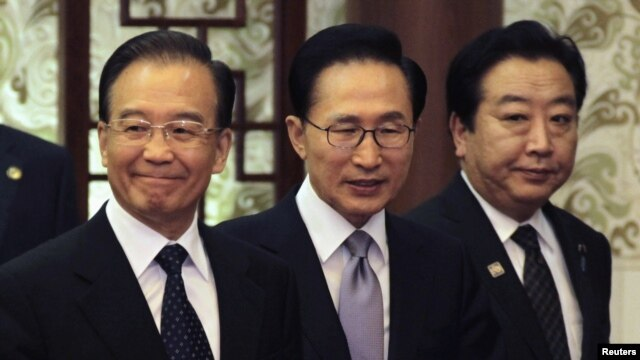 China's Premier Wen Jiabao (L), South Korea's President Lee Myung-bak (C) and Japan's Prime Minister Yoshihiko Noda arrive at a joint news conference of the fifth trilateral summit among the three nations at the Great Hall of the People in Beijing, May 13