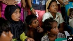 Pengungsi Rohingya berkumpul untuk mendapatkan pelayanan kesehatan di tempat penampungan sementara di Langsa, provinsi Aceh, 22 Mei 2015.